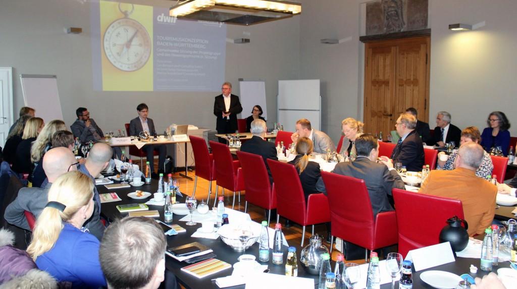 Minister Wolf begrüßt die Teilnehmerinnen und Teilnehmer der Projektgruppe und des Ressortgremiums