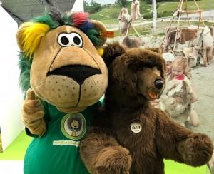 Leo Lustig neben dem Steiff Bären auf der CMT